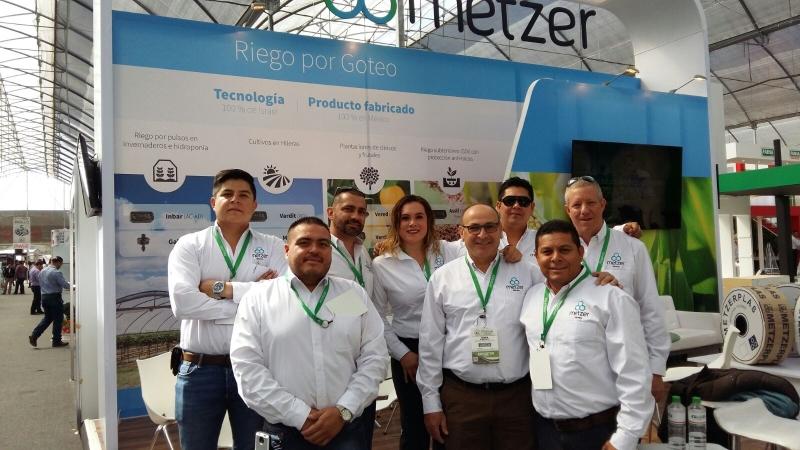 """צוות מצר מקסיקו וסמנכ""""ל היצוא עומר לין על רקע ביתן החברה בתערוכת EXPO Agroalimentaria"""